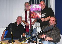 Feiern den 40. der Törner Stier Crew: Walter Stöver und Olaf Schräder, Moderator Frank Christoph Stephan und Peter Koller