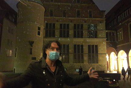 """""""Das sind alles eure Schneeflocken"""", sagt Thomas Nufer bei seiner Installation der bewegten MünsterFlocken an der Rückseite des münsterschen Rathauses. (Foto: Ralf Clausen)"""