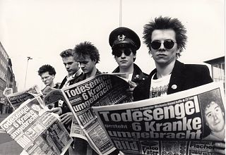 Änti(x)Väx: Adam, Frank, Steve, Carsten, Fast Gonzo, 1986 am münsterschen Hauptbahnhof. (Foto: Ingrid Bleil)