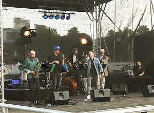 Die Aaseebühne beim Wilsberg-Promikellnern 2019 mit einer Münster-All-Star-Band. (Foto: Ralf Clausen)