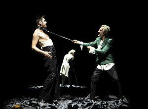 """Jonas Riemer und Ilja Harjes in der aktuellen Inszenierung von Goethes """"Faust"""" am Theater Münster. (Foto: Oliver Berg)"""