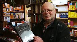 Der Kinderhauser Buchhändler Horst Bilke mit einer Buchempfehlung für den Gabentisch.