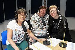 Moderatorin Renate Rave-Schneider (Mitte) mit den Pink Floyd-Fans Lies und Helge