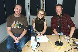 Die FH-Studenten Axel Witteler und Bastian Floth mit Moderatorin Deborah Thielert