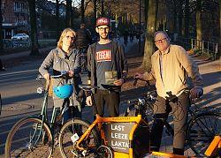 Uschi Heeke, Simon Chrobak und Ralf Clausen mit ihren Rädern auf der Promenade. (Foto: Detlef Lorber)