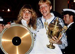 Cindy und Bert nehmen ihre erste goldene Schallplatte in Empfang (Bild: S. T. Tisch)