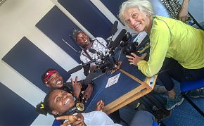Barbara Kemmler (re.) von Cactus Junges Theater mit Schauspieler*innen vom Tete Adehyemma Dance Theatre (Foto: Pia Selders)