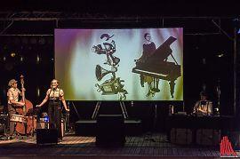 """Mit """"Ein rätselhafter Schimmer"""" präsentiert der Zeichner Robert Nippoldt mit dem Trio Größenwahn eine Show zu den Zwanziger Jahren, die alle Sinne anspricht. (Foto: Thomas Hölscher/ALLES MÜNSTER)"""