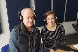 """Guido Wollenberg und LindaTiebing moderieren die zweite Sendung von """"Care on air"""" 2019. (Foto: Marion Baune)"""
