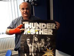 Moderator Frank Stephan präsentiert die Band Thundermother.