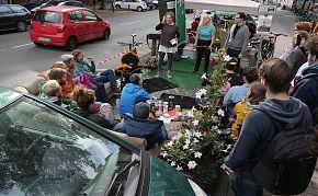 Am 20. September werden wieder einige Parkplätze in etwas Wohnliches verwandelt, oder wie hier zur Theaterbühne. (Foto: Simon Chrobak)