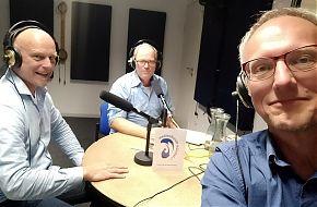 Andreas Berlik (li.) und Frank Beckert (re.) von den Toastmasters Münster mit Moderator Ralf Clausen (mi.) (Foto: Frank Beckert)