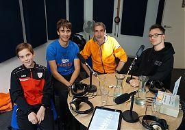 """Neil van Benthem (2. v. r.) von den """"Scienstists for Future"""" zu Gast bei den jungen Bürgerfunkern von """"Radio for Future"""". (Foto: Detlef Lorber)"""