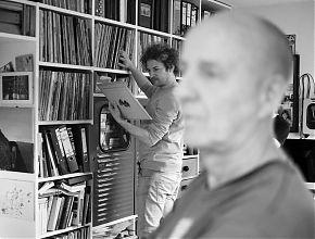 Aaron Schrade am Plattenregal von Gerd Bracht (Foto: Maike Brautmeier)