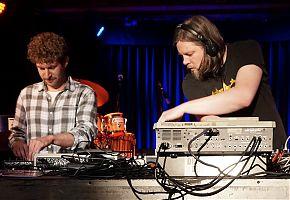 Bei der Arbeit: Baronski und Atwashere live auf der Bühne (Foto: Baronski)
