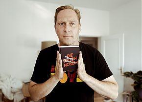 Thees Uhlmann und sein Buch über Die Toten Hosen. (Foto: Grand Hotel van Cleef)