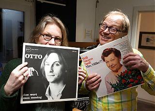 Zum Karneval präsentieren Uschi Heeke und Ralf Clausen alte Schallplatten voller Albernheiten, Blödeleien und Parodien. (Foto: Detlef Lorber)