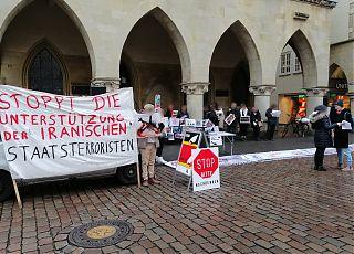 Die Solidaritätsgruppe Iran Münster, bei einer Mahnwache vor dem Friedenssaal/Rathaus in Münster