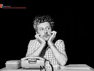 """Schauspieler und Regisseur Konrad Haller auf der Bühne im Kammertheater """"Der kleine Bühnenboden"""" (Foto: Hanno Endres)"""