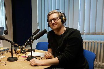 """André Schuster moderiert """"Radio Fluchtpunkt"""" diemal allein und ohne Studiogäste. (Foto: Klaus Blödow)"""