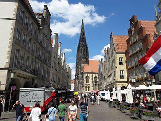 Der wegen Corona entzerrte Wochenmarkt dehnt sich vom Domplatz bis zum Prinzipalmarkt aus (Foto: Ralf Clausen)