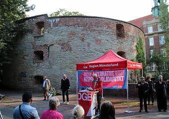 Antikriegstag in Münster: Kundgebung und Kranzniederlegung des DGB am Zwinger. (Foto: Jan Große Nobis)