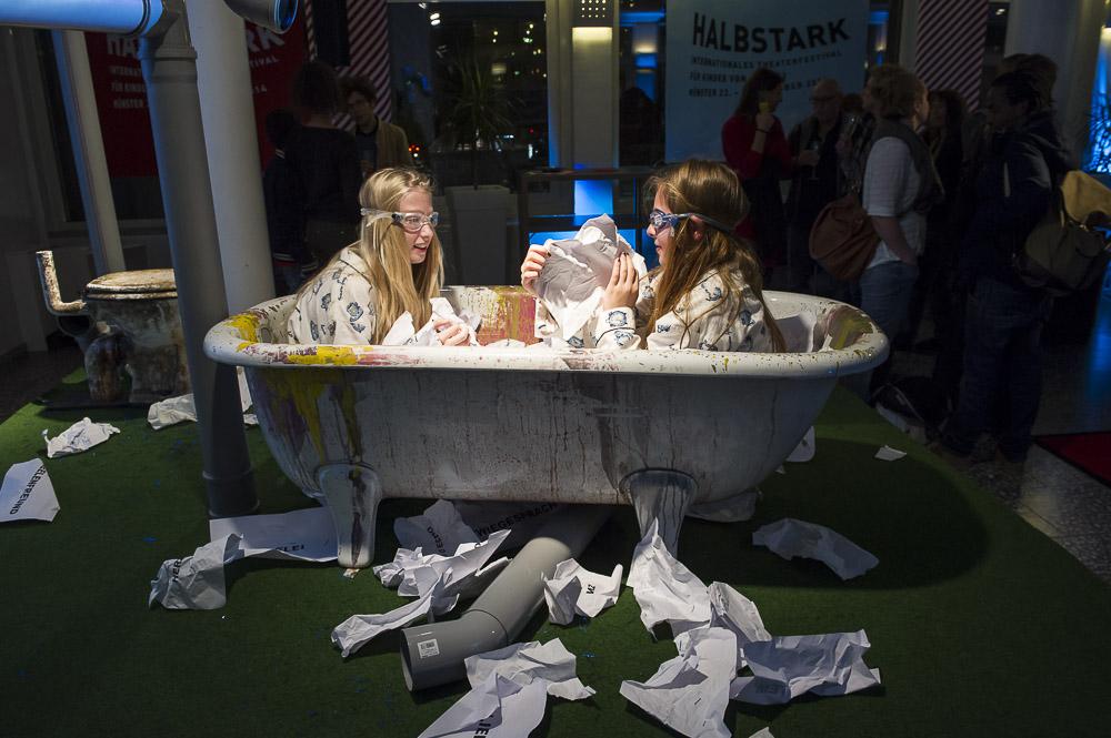 """Finja und Jule """"badeten"""" öffentlich im Theatercafé Foto: Thorsten Arendt"""