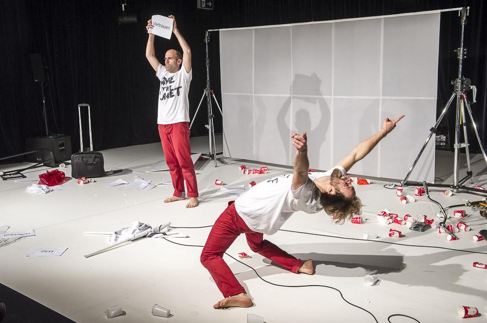 TRASHedy: Jede Menge Pappbecher auf der Bühne! Foto: Thorsten Arendt